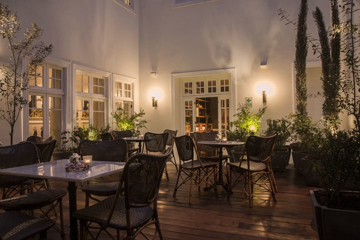 Dining al fresco at Hotel B's restaurant (Photo courtesy of Hotel B)