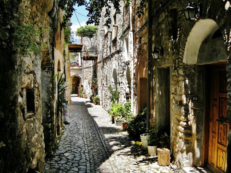 The labyrinth of streets in the medieval village of Mestá (Photo courtesy of Real Chios)