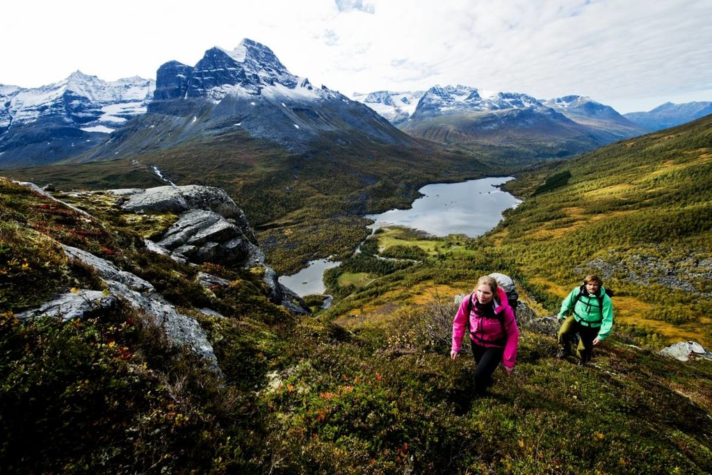 Hiking Innerdalen with a view to Bjøråskaret