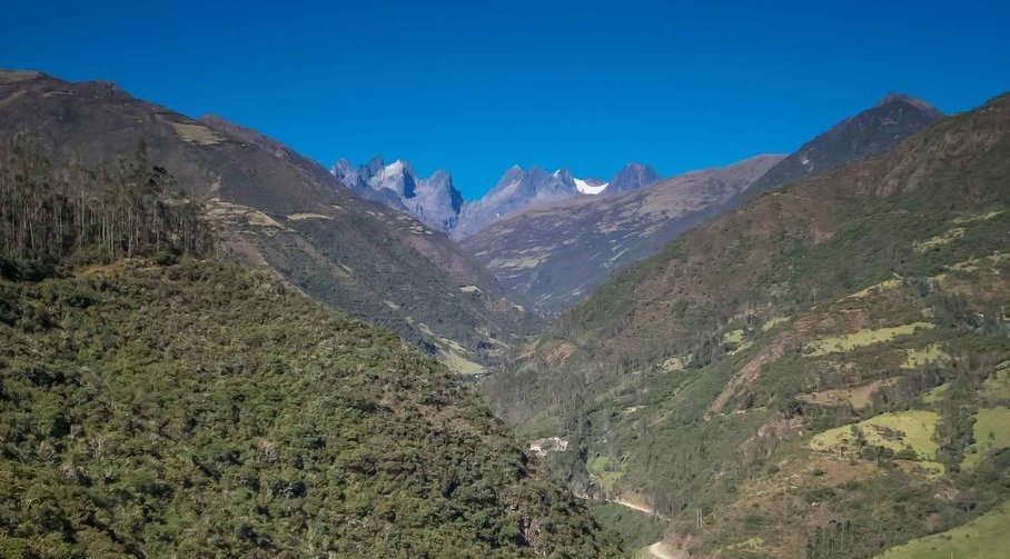 Breathtaking views along the mountain road toward Huancacalle.