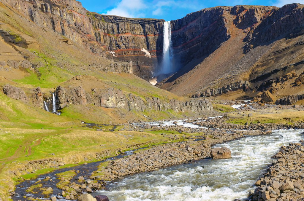 Hengifoss surrounded by black basalt and red clay