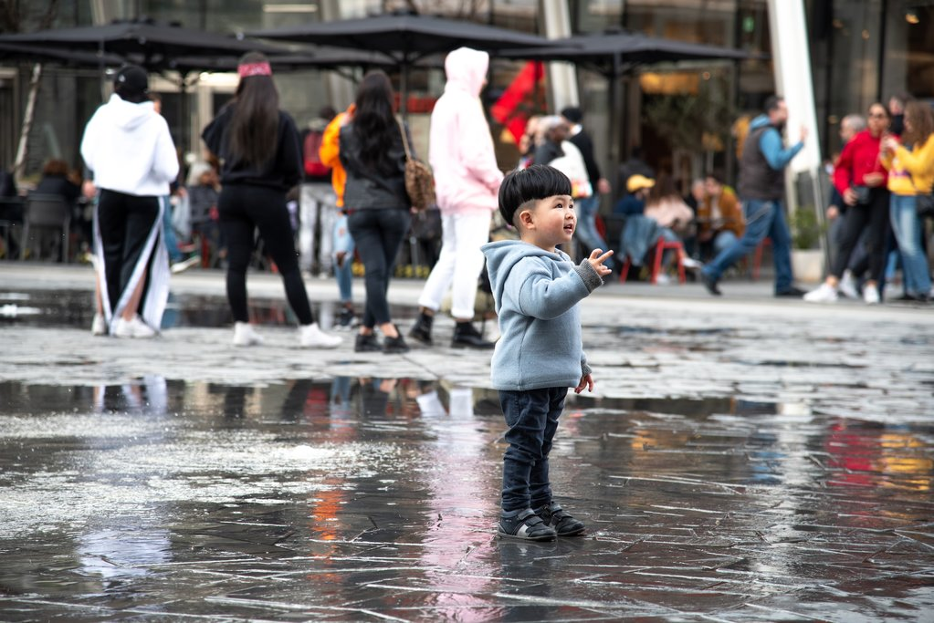 Child playing in Piazza Gae Aulenti, Milan