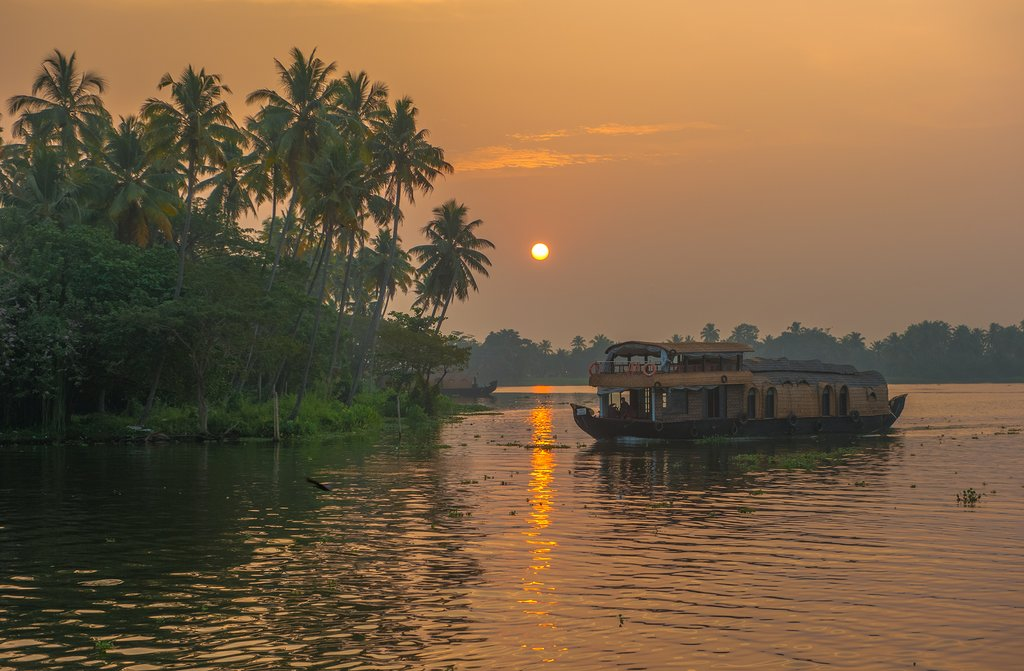 Stay overnight on a houseboat in the canals near Alappuzha