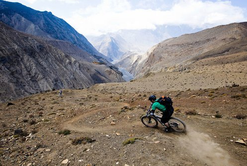 Switchback descent towards Lupra (© Dan Barham)