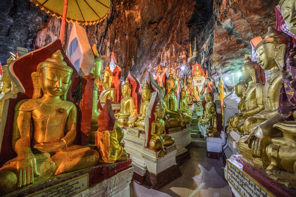 Buddha statues inside the caves of Pindaya