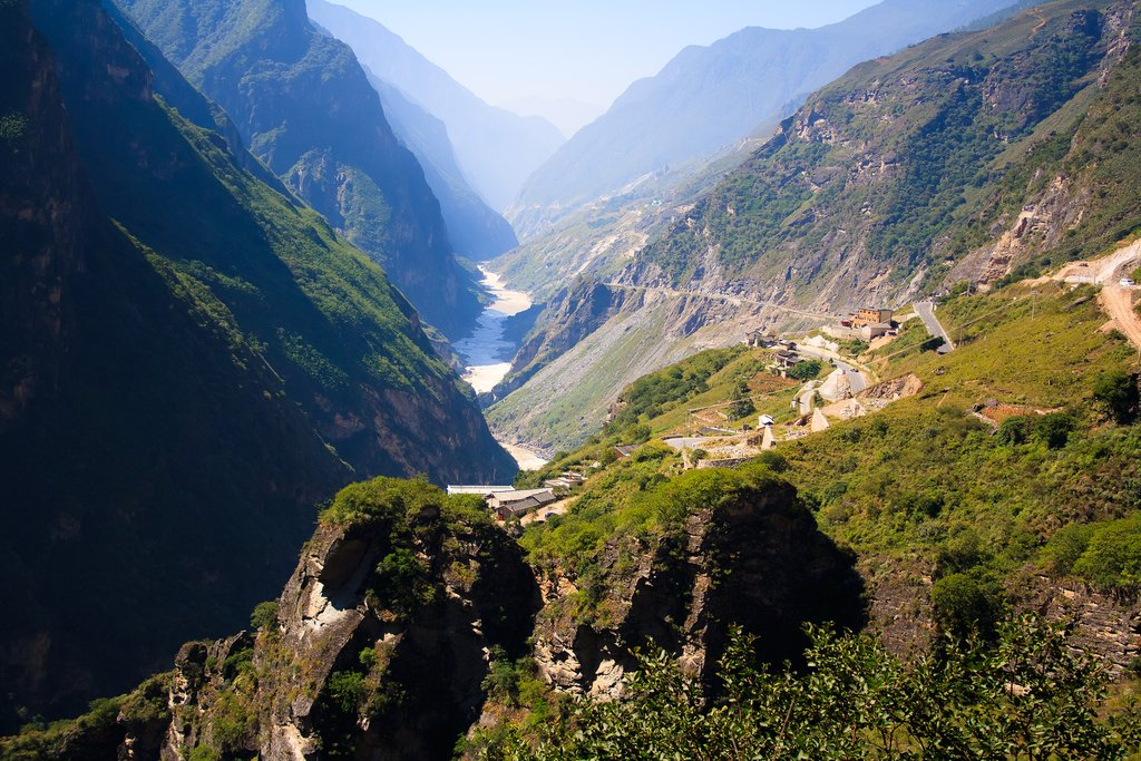 Scenic view of the Tiger Leaping Gorge