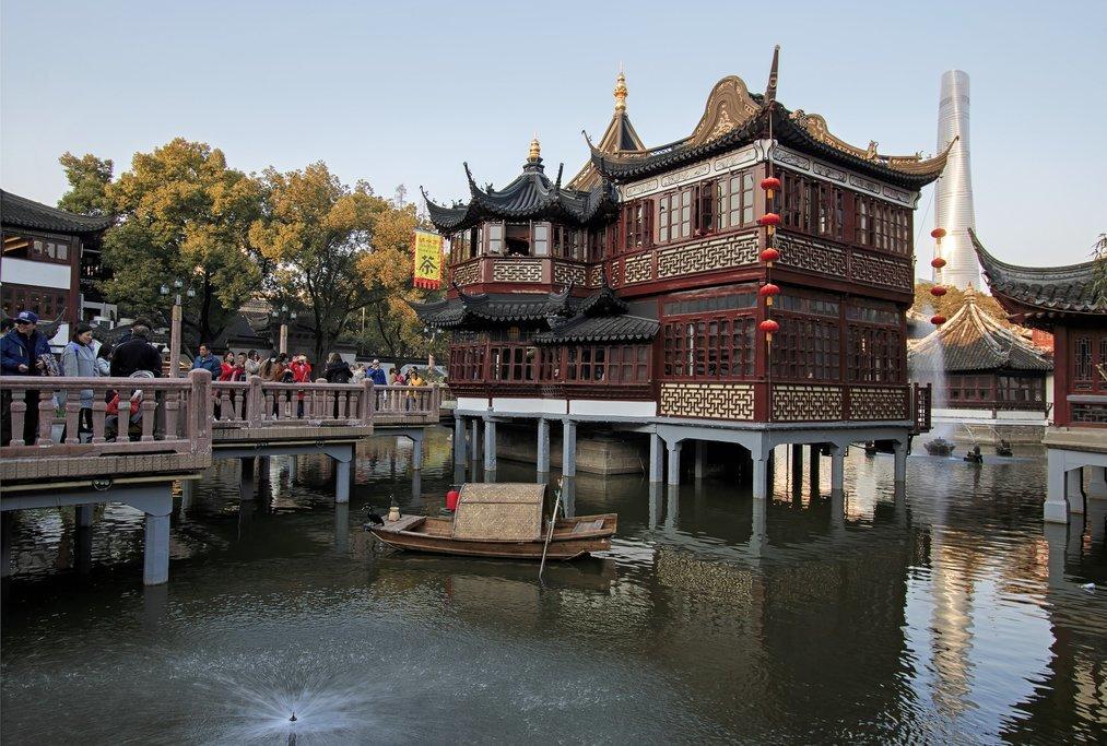 Stroll through the ancient Yuyuan Garden