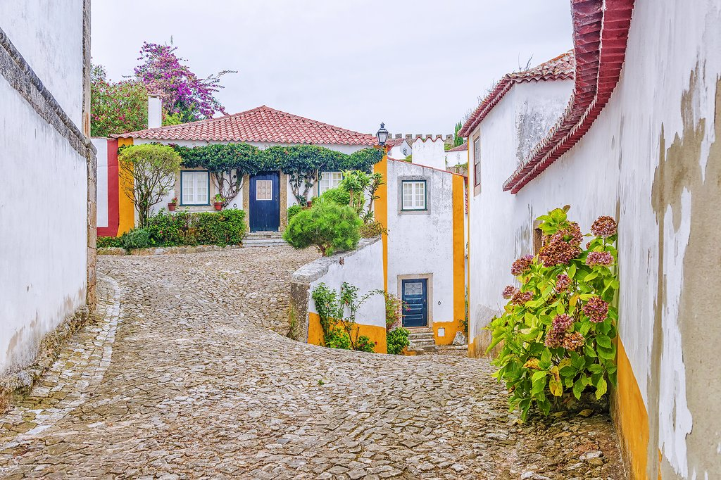 The quaint streets in Òbidos