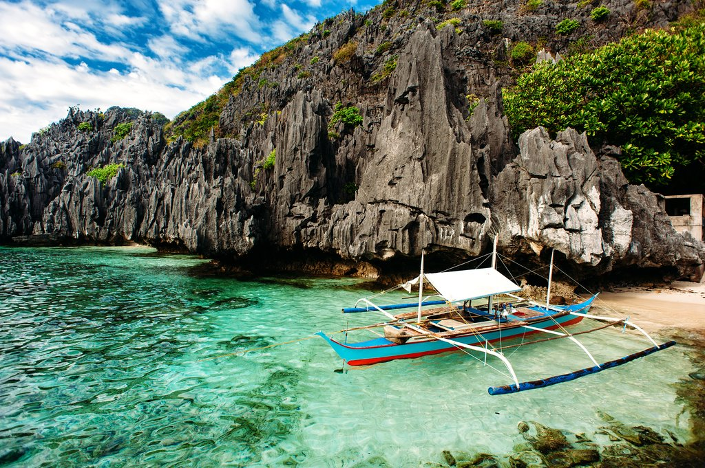 Philippine boat and the limestone karst cliffs of El Nido