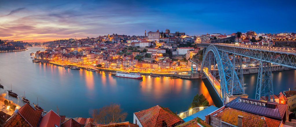 Night falls on Porto