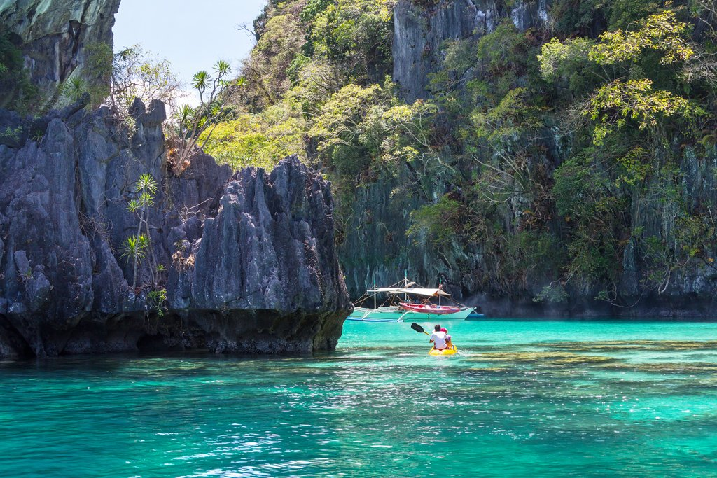 Kayak between the rock faces in El Nido