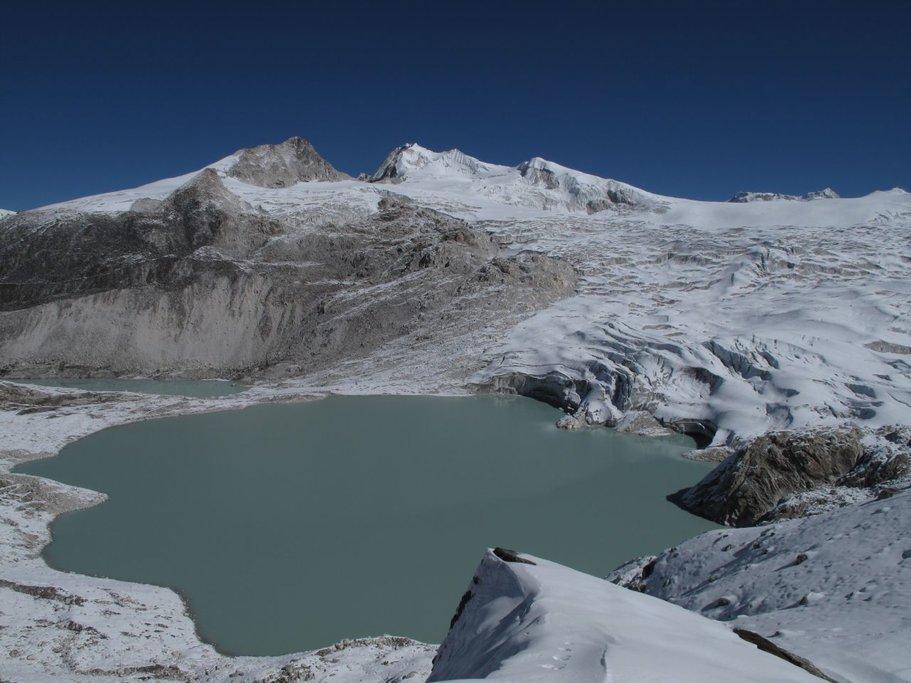 Glaciar lake and mountains