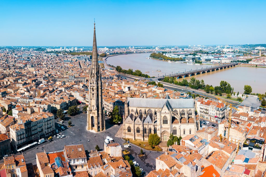 Bordeaux's location along the Garonne River