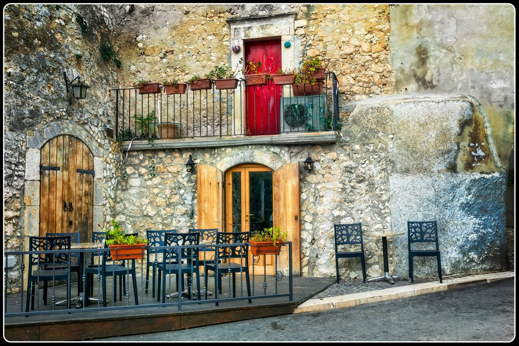 The charming courtyards of Puglia