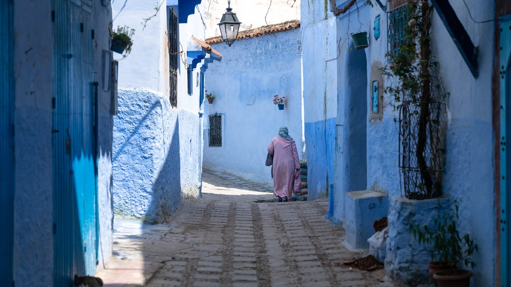 Walking through the blue medina of Chefchaouen