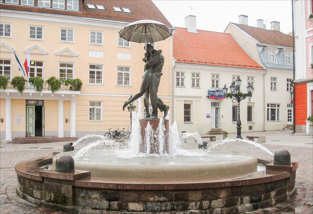 Kissing Students Statue in Tartu