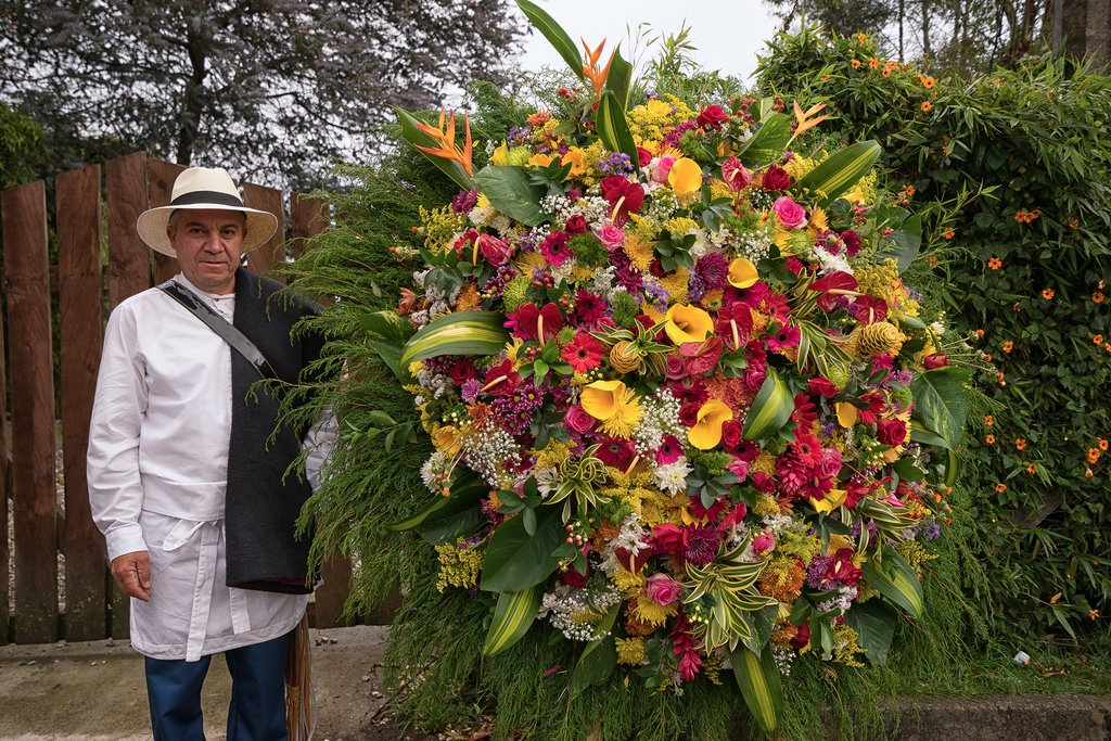 A silletero with his ornate floral display