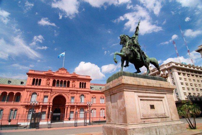 A famous statue of General José de San Martin