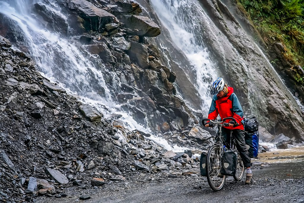 Bike through the magnificent Tiger Leaping Gorge