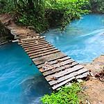 A bridge over the brilliant blue Río Celeste