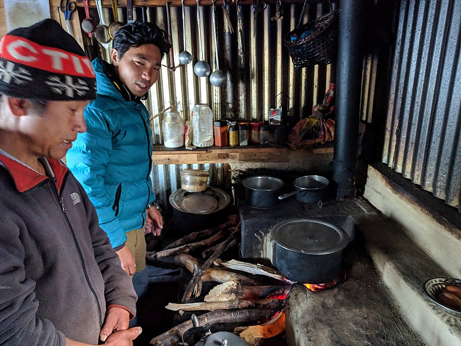 Cooking at Pikey peak base camp teahouse | Photo taken by Romain K