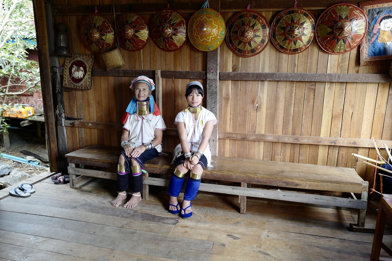 Kayah ladies! The bronze neck rings are heavy! | Photo taken by Su-Lin T