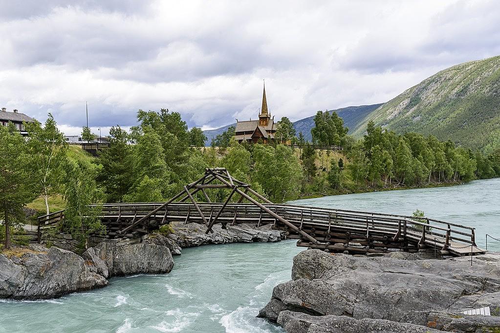 A river runs through Lom