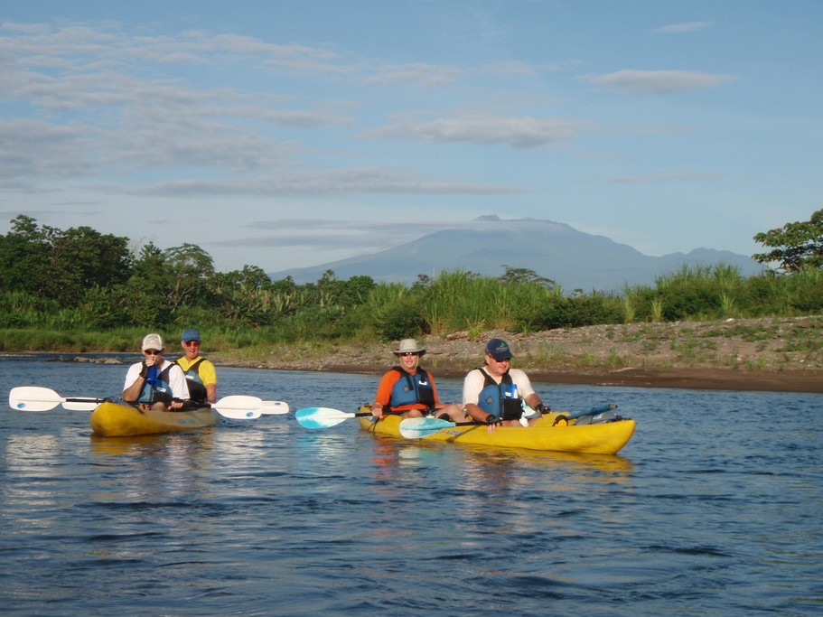 Travel down the Pacuare by kayak